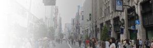 新宿の大通りを人が行き交っている