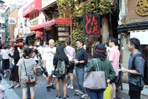 イベントでお店の前の道路に人が集まっている