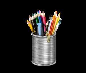 たくさんの色鉛筆やハサミなどの文房具が入ったペン立て